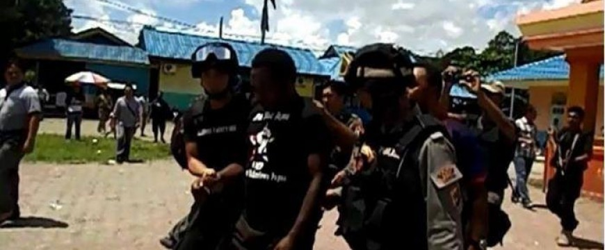 """West Papuan journalist John Kuayo arrested by Indonesian police for wearing a """"Free West Papua"""" t-shirt"""